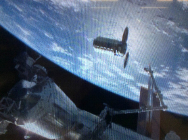 ISSのロボットアームでキャプチャする直前のOA-6 / メテオ運用室のISSライブ映像(映像提供NASA)
