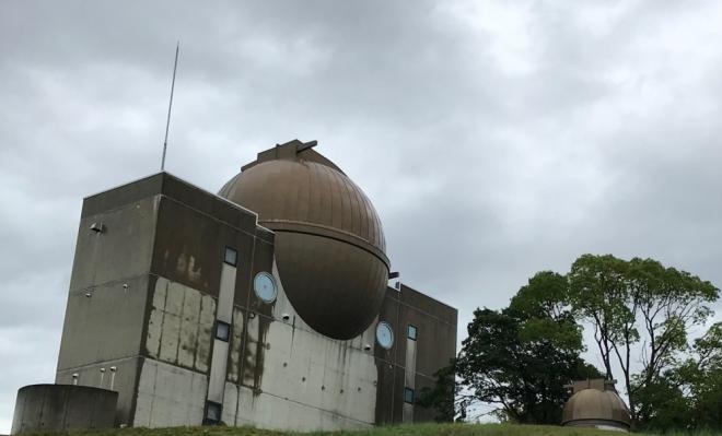 かわべ天文台の外観。上部の大きな球体が望遠鏡のドーム。