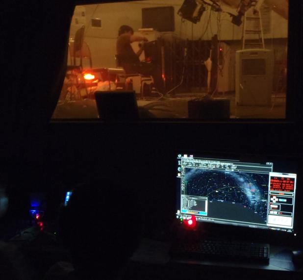 制御室の中から見た望遠鏡。手前のパソコンを用いて望遠鏡を制御する。