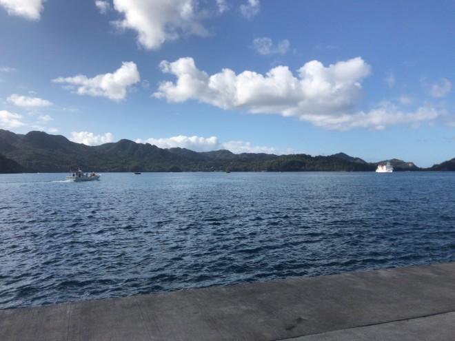 右奥がこれから乗る研究船、左側の漁船で船まで移動します